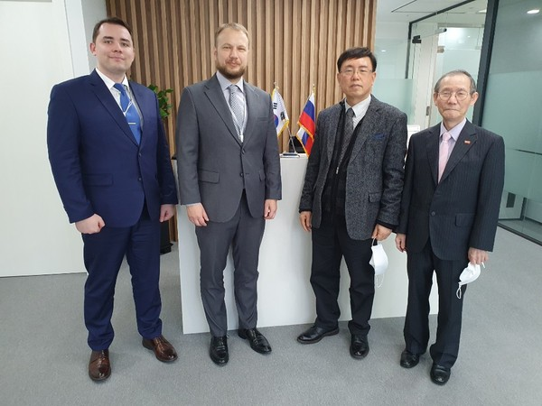 Oleg Pirozhenko (second from left), head of the Economy Division of the Trade Representation of the Russian Federation in Seoul, poses with Lee Kyung-shik (second from right), chairman-publisher of the Korea Post media, and Lee Kap-soo, managing editor of the Korea Post, at the federation office in Seoul on March 5.