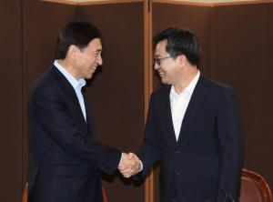 Finance minister, BOK chief meet over economic conditions