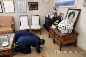 Moon visits former first lady's home soon after foreign trip
