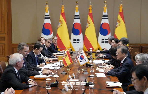 President Moon Jae-in and His Majesty King Felipe VI of Spain, who is making a state visit to Korea, held a summit at Cheong Wa Dae on Oct. 23, 2019.