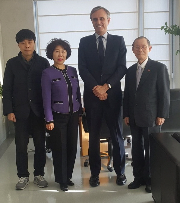 Ambassador Juan Ignacio Morro Villacian of Spain and Publisher Lee Kyung-sik of The Korea Post media (second and first from right, respectively) pose with the other members. They are Vice Chairperson Cho Kyung-hee and Reporter Jung Wonsik of The Korea Post media (second and first from left).