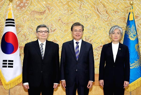 President Moon Jae-in (center) poses with Ambassador Olexander Horin of Ukraine (left) after receiving his credentials at the presidential office Cheong Wa Dae in Seoul on November 2017. At the right is South Korean Foreign Minister Kang Kyung-wha.