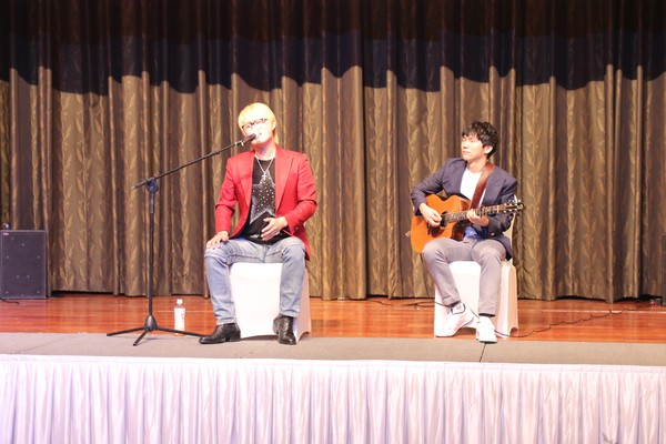 Korean Singer Kang Joo-Won (left) sings 'Ulugimsan Vatanim' and other Uzbek songs with a Korean guitarist.