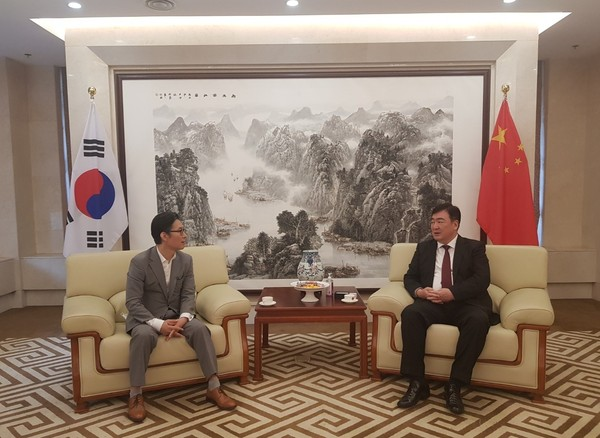 FACO Chairman Lee Bum-heon (left) meets with Chinese Ambassador to Korea Xing Haiming at the Chinese Embassy in Seoul to discuss ways to strengthen cultural and artistic activities between Korea and China on Aug. 7, 2020.