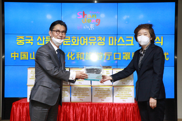 FACO Chairman Lee Bum-heon (left) attends a mask donation ceremony held at the Chinese Cultural Center in Korea and promised to promote friendship between Korea and China on April 29, 2020.