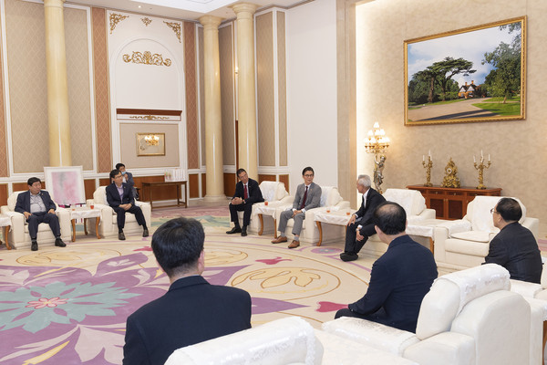 FACO Chairman Lee Bum-heon (center in the back) meets with Kim In-soo (Lee's left), chairman of SGI Korea, and working-level officials to discuss policies to promote culture and arts on June 30, 2020.